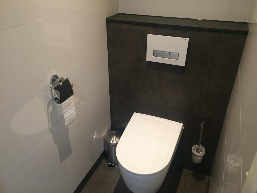 Witte uitgeest compleet nieuw toilet voor for Fotos wc hangen tegel